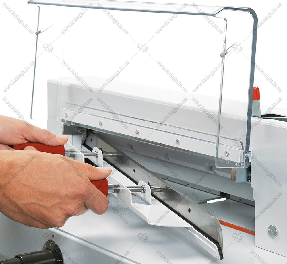 Device for replacing (installing) a guillotine knife EBA4305
